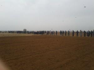 Ogni mattina il villaggio di Mehser si riunisce in una catena umana solidale con i combattenti, il volto verso kobane. Biji Rojava! Biji Ypg/Ypj!
